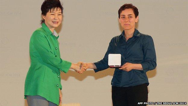 مریم میزراخانی در حال گرفتن مدال فیلدز از دست پارکگونهای رئیس جمهور کرهجنوبی